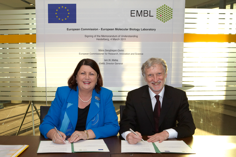 Máire Geoghegan-Quinn, European Commissioner for Research, Innovation and Science, and Iain Mattaj, Director-General of EMBL, signing the Memorandum of Understanding.