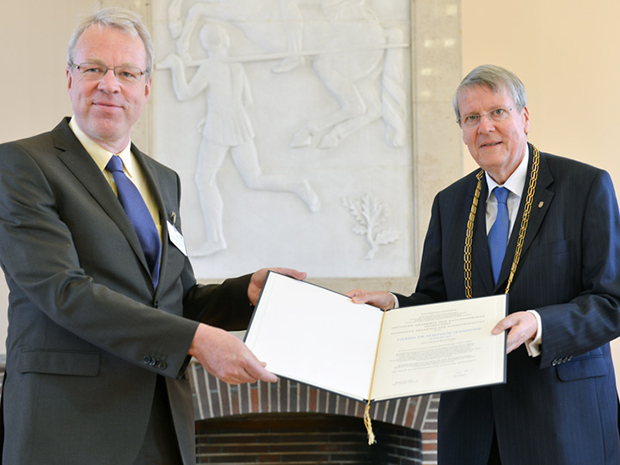 Matthias Wilmanns receives his membership certificate