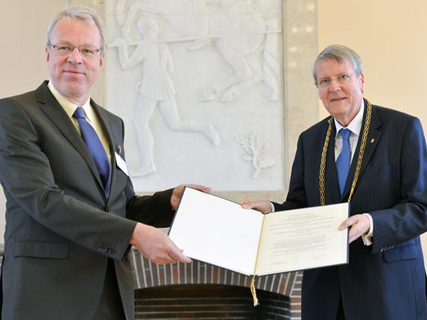 Matthias Wilmanns receives his membership certificate