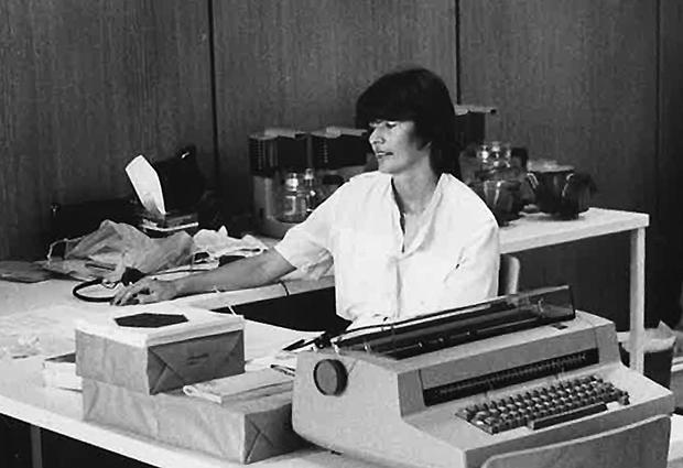 Nelly van der Jagt at the registration desk of a conference in 1983, with her trusty typewriter. PHOTO: N. van der Jagt