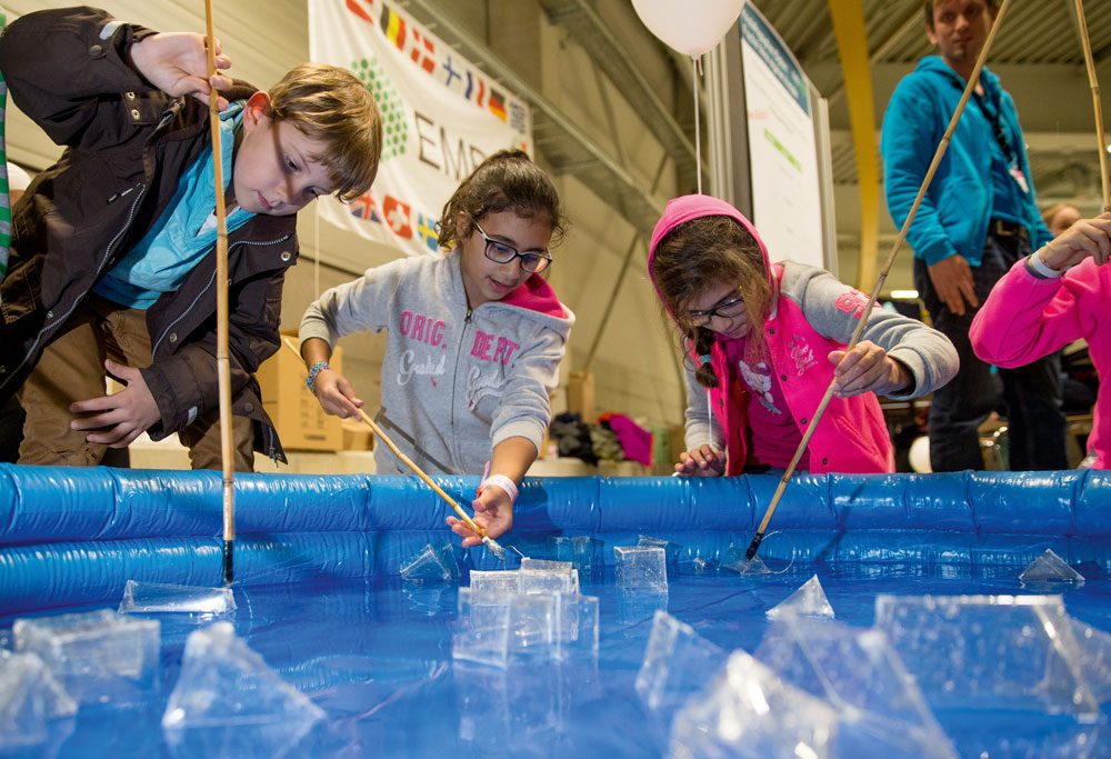 Fishing for crystals at DESY Day at Hamburg's Night of Science on 7 November. PHOTO: DESY