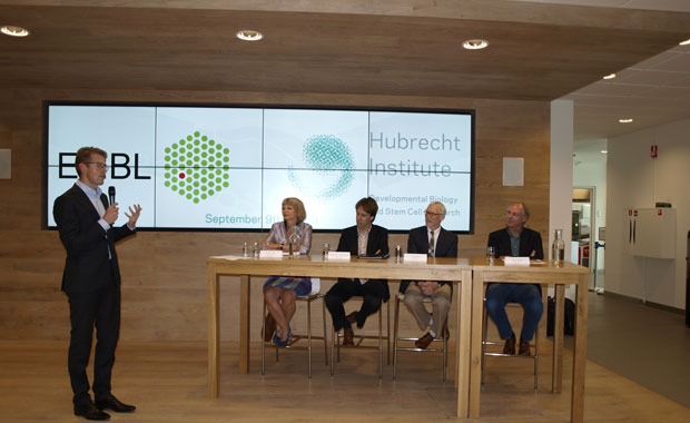 At the signing ceremony, Sander Dekker, the Dutch State Secretary for Education, Culture and Science, moderated a discussion with President of the Dutch Royal Academy of Arts and Sciences José van Dijck, Hubrecht Institute Director Alexander van Oudenaarden, EMBL Director General Iain Mattaj and Hans Clevers, Director of Research at the Princess Maxima Center for pediatric oncology and Principal Investigator at the Hubrecht Institute. PHOTO: Elroy Heijgen/Hubrecht Institute