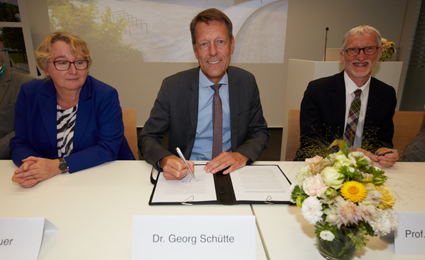 Theresia Bauer, minister of research of the federal state of Baden-Württemberg, Dr. Georg Schütte, state secretary in the Federal Ministry of Education and Research, and EMBL Director General Iain Mattaj sign the letter of intent. PHOTO: Marietta Schupp/EMBL Photolab