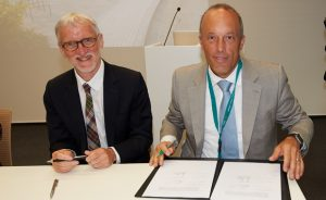 Iain Mattaj and Christoph Boehringer, chairman of the non-profit Boehringer Ingelheim Foundation, signing the letter of intent. PHOTO: Marietta Schupp/EMBL Photolab