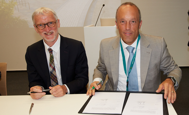 Iain Mattaj and Christoph Boehringer, chairman of the non-profit Boehringer Ingelheim Foundation, signing the letter of intent. PHOTO: Marietta Schupp/EMBL Photolab