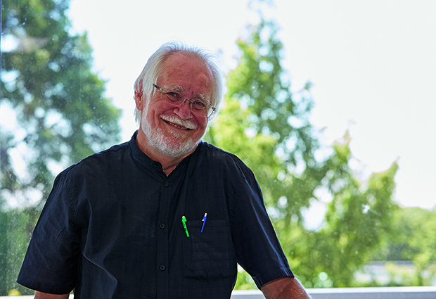 Jacques Dubochet visiting EMBL in 2015 to receive the inaugural Lennart Philipson Award