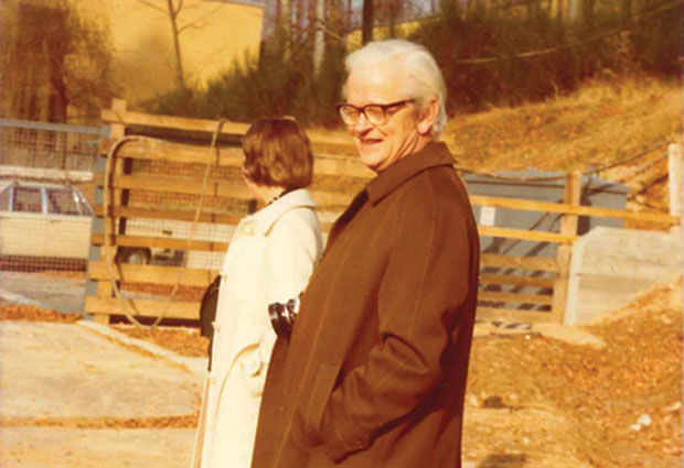 John Kendrew, c. 1978, visits the site of the EMBL main laboratory in Heidelberg. Photo taken by Frieda Glockner (EMBL Archive / DE 2324 P-GLO)