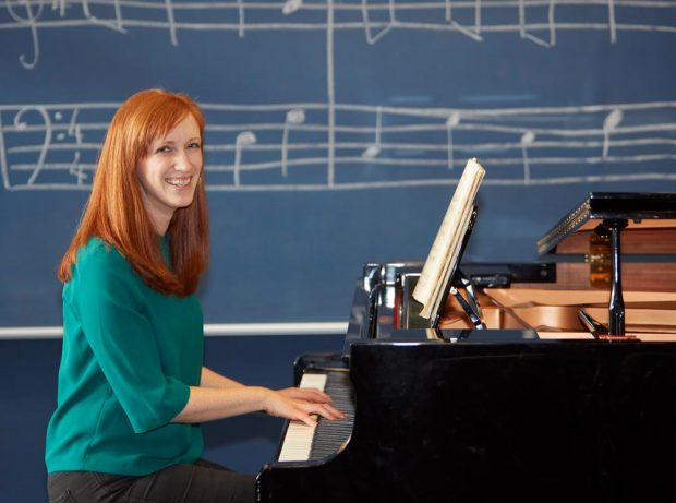 Nicki Vegiopoulos plays the piano.