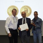 Lennart Philipson Award winner Raffaele de Francesco (centre) receives his prize from Gareth Griffiths (left) and fellow alumnus Alfredo Nicosia (right). PHOTO: Photolab /EMBL