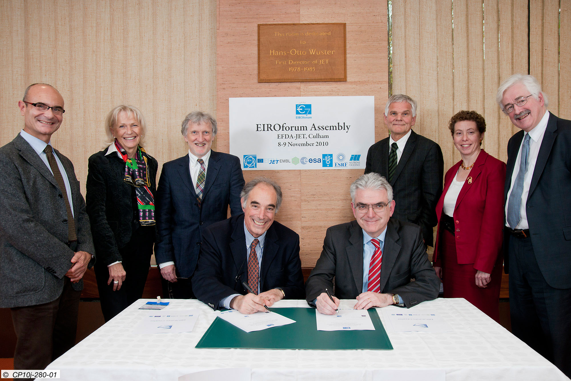 Signing the declaration of accession to the EIROforum: Massimo Altarelli, Chairman of the XFEL Management Board (left) and Francesco Romanelli, Chairman of the EIROforum (right). In the back (left to right): Francesco Sette (ESRF), Felicitas Pauss (CERN), Iain Mattaj (EMBL), Richard Wagner (ILL), Rowena Sirey (ESO) and David Southwood (ESA)